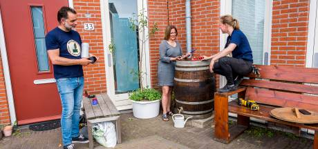 Ibrahim was dakloos, Emma zat alleen op kantoor. Nu installeren ze met elkaar regentonnen in Rotterdam