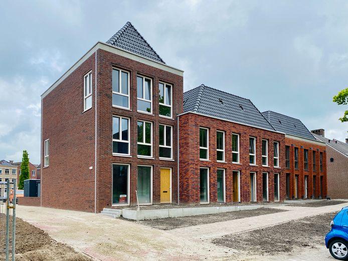 De eerste vijf van de negen split-level woningen aan de Zuidwal zijn opgeleverd.
