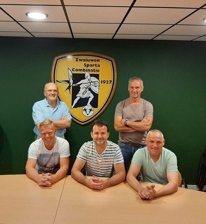De nieuwe hoofdtrainer van ZSC Herbert de Krom (zittend midden) tussen zijn assistenten Gertjan Smolders en Eric Daris. Linksachter Joop Onink (trainer ZSC 2) en rechtsachter Harry van Poppel (leider ZSC 1).
