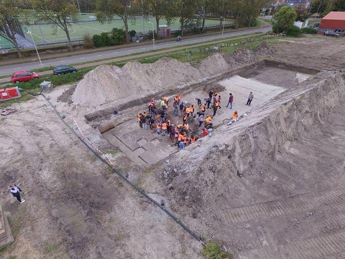 Eerstejaars archeologiestudenten van de Universiteit Leiden aan het werk op de Steynhof.
