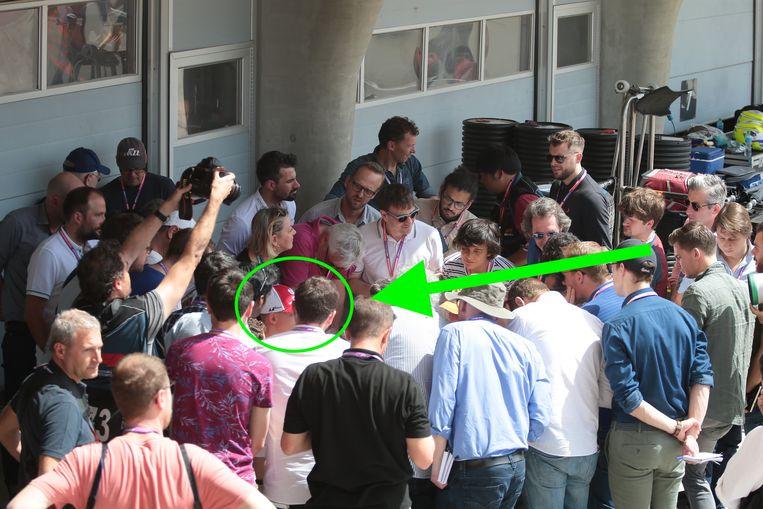 Diep verscholen tussen de journalisten: Mick Schumacher.