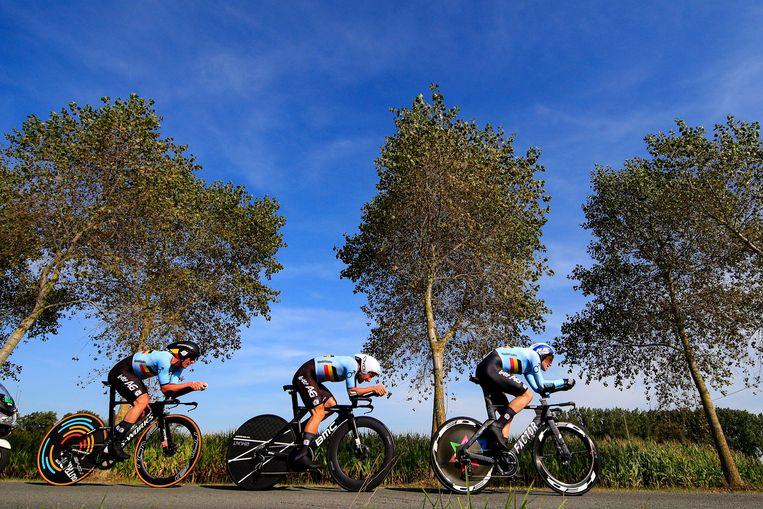 Yves Lampaert, Victor Campenaerts en Ben Hermans tijdens de mixed relay. Beeld Photo News
