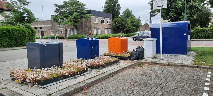 Ook maandag stonden er vuilniszakken bij de ondergrondse containers aan de Vondelstraat.