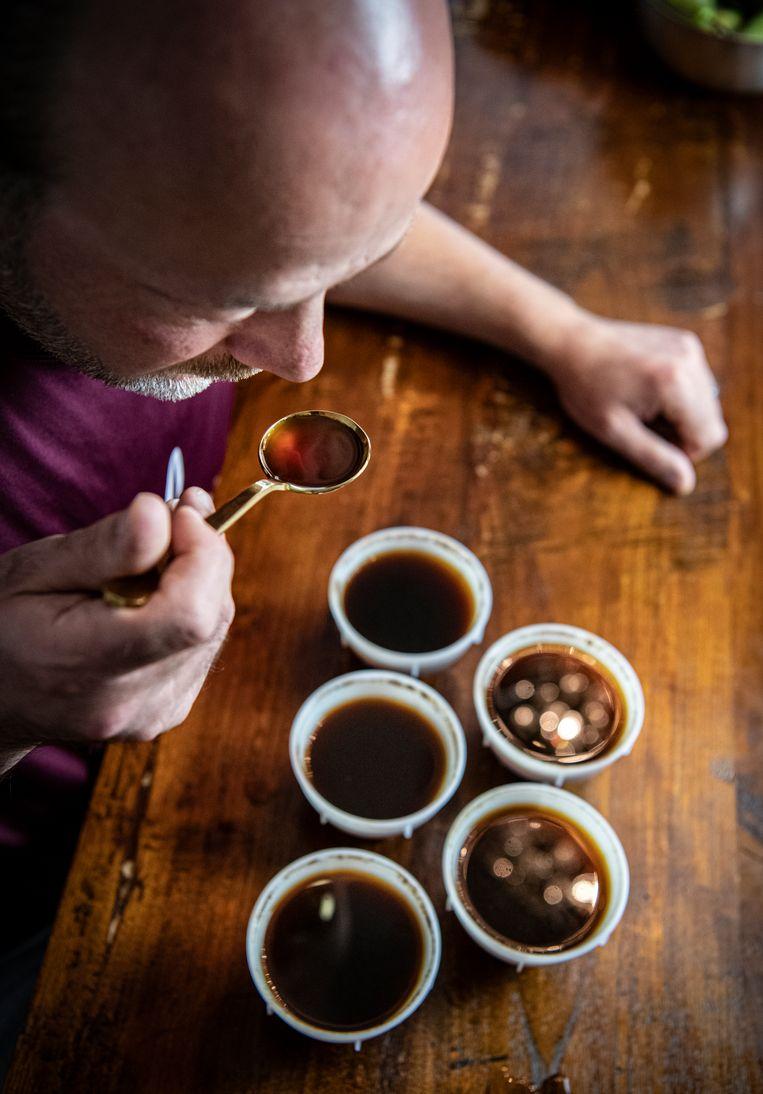 Koffieproever Norman Mazel is flink aan het trainen om zijn reukvermogen weer terug te krijgen.  Beeld Koen Verheijden