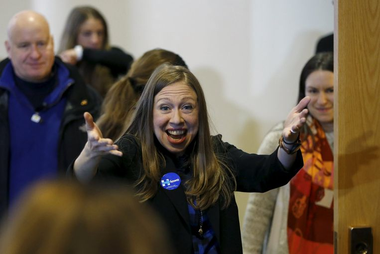 Dochter Chelsea begroet zaterdag aanhangers van haar moeder tijdens een bijeenkomst in een school in Des Moines, Iowa. Chelsea bekritiseerde eerder deze week de standpunten van Sanders op het gebied van de gezondheidszorg. Beeld reuters