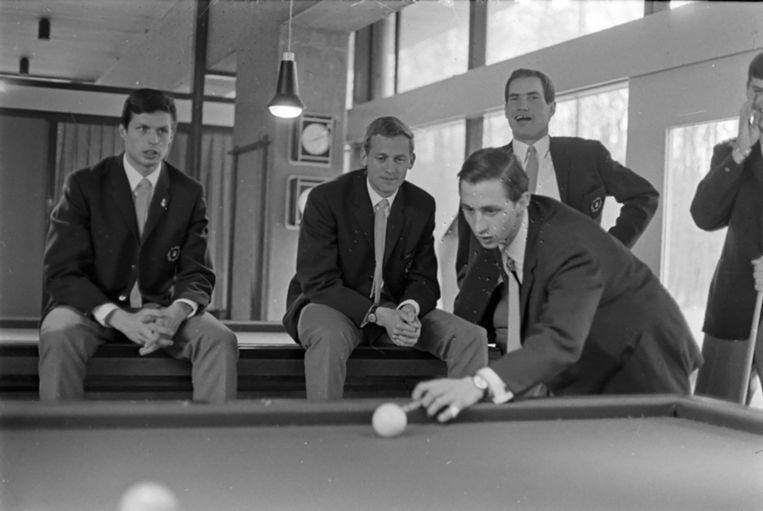 1967: Wim Suurbier (links) kijkt met onder anderen Klaas Nuninga naar de biljartende Johan Cruijff. Beeld anp