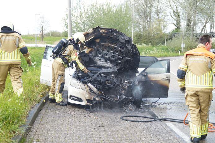 Op de Eindstraat in Drunen is dinsdagmiddag rond 14.00 uur een auto volledig uitgebrand. Oorzaak is onbekend.