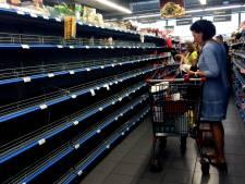 Lege schappen in Griekse supermarkten