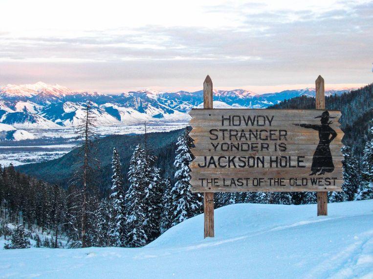 Een houten bord heet 'vreemdelingen' welkom in het schilderachtige Jackson Hole. Beeld thinkstock