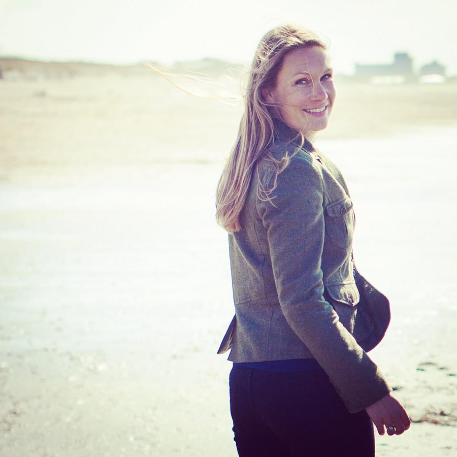 Jojanneke Koedam  Ze zet het initiatief Coaching aan Zee op touw, waarin mensen elkaar ondersteunen bij heftige verhalen en tegelijkertijd over het Haagse Zuiderstrand een wandeling maken.