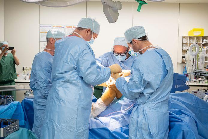 Dr. Geert Peersman (tweede van rechts) en zijn team van ZNA Stuivenberg. Dankzij een AR-bril, nauwelijks zwaarder dan een gewone bril, kan een knieprothese uiterst nauwkeurig en met de juiste spanning voor de ligamenten worden geplaatst.