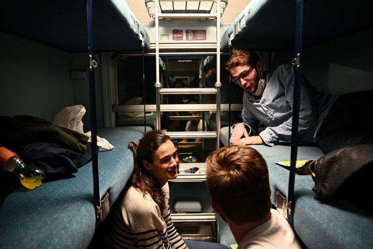Reizigers op de trein Parijs - Nice.  Beeld AFP