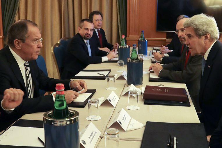 De Russische buitenlandminister Sergey Lavrov (uiterst links) en zijn Amerikaanse ambtsgenoot John Kerry (uiterst rechts) ontmoetten elkaar het voorbije weekend in Rome.
