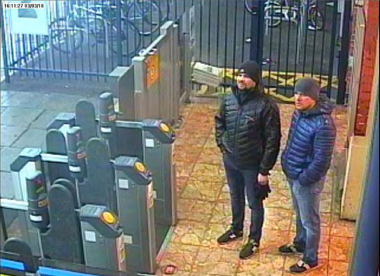 Alexander Petrov en Ruslan Bosjirov, hier op een bewakingsbeeld in het treinstation van Salisbury, staan terecht voor de moordpoging op Sergej Skripal. Beeld AFP