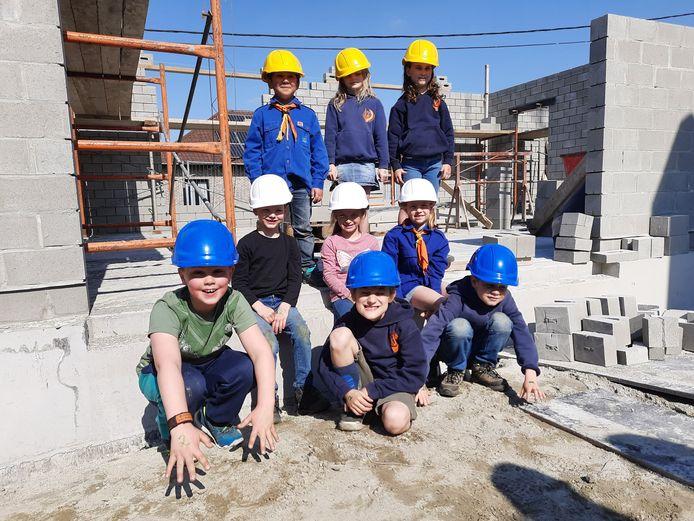 Enkele van de jonge leden inspecteren de bouwwerken.