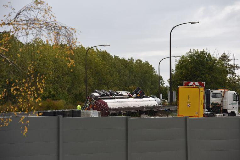 De vrachtwagen met een ADR-vracht verloor een potentieel ontvlambaar en licht giftig product, maar er was geen gevaar voor omwonenden.