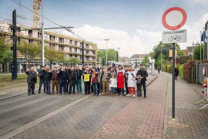 Handelaars uit de Wondelgemstraat voeren actie op het Griendeplein.