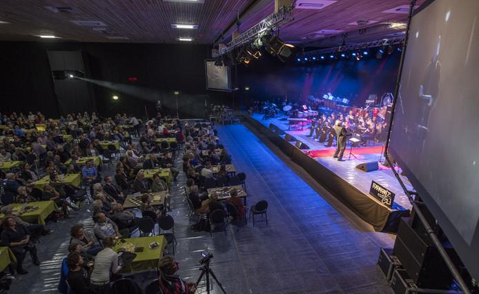 Overzichtsfoto van concert Maestro van twee jaar geleden, waarbij bekende Weerseloërs het orkest dirigeren.