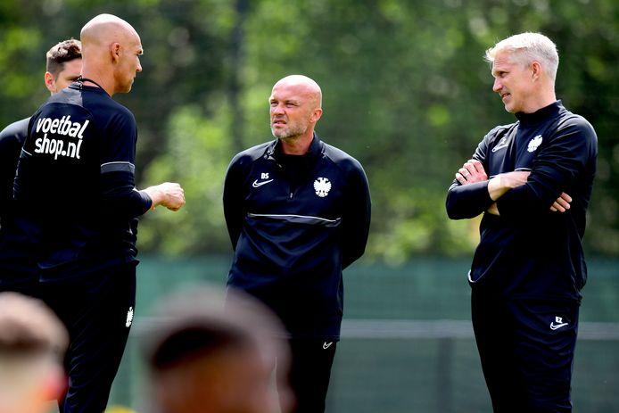 Assistent Dick Schreuder (midden) en keeperstrainer Edwin Zoetebier (rechts) luisteren aandachtig naar coach Thomas Letsch.