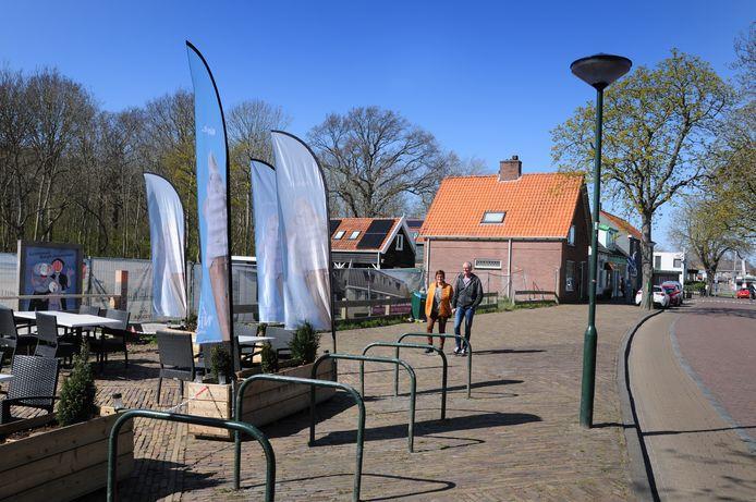 Het Gat van Goudzwaard aan de Noordstraat in Haamstede gaat verscholen achter hekken en het verlengde terras van de lunchroom De Graaf van Haamstede daarnaast.
