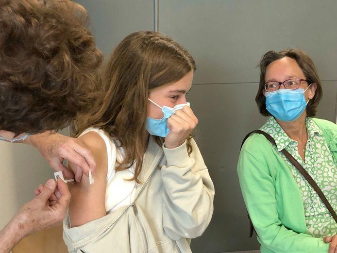 Charlotte Janssens keek toch maar eventjes weg van de naald, maar was wel blij met haar vaccin.
