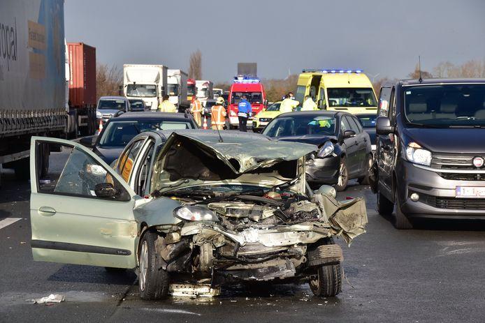 Op de voorgrond: de Renault Mégane die een kettingbotsing veroorzaakte op de E430, in een file die was ontstaan na een eerder ongeval.