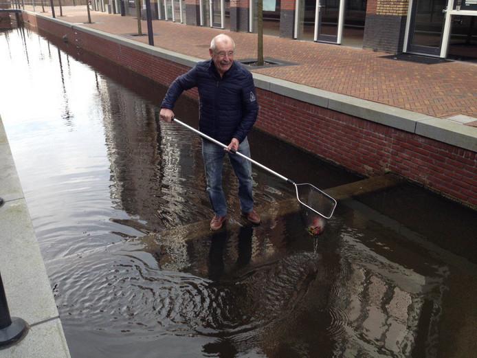Hans van Manen oefent vast met het opvissen van de dieren