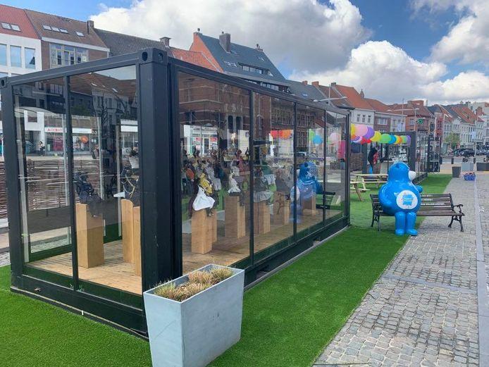De glazen huizen zorgen de hele zomer voor tentoonstellingen.