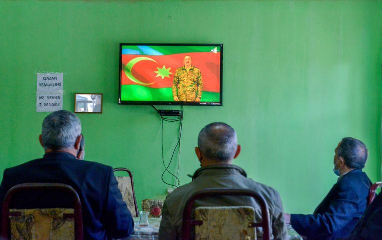 De Azerbeidzjaanse president spreekt de natie toe. Hier op tv in een koffiehuis in de Azerbeidzjaanse stad Barda. Beeld AP