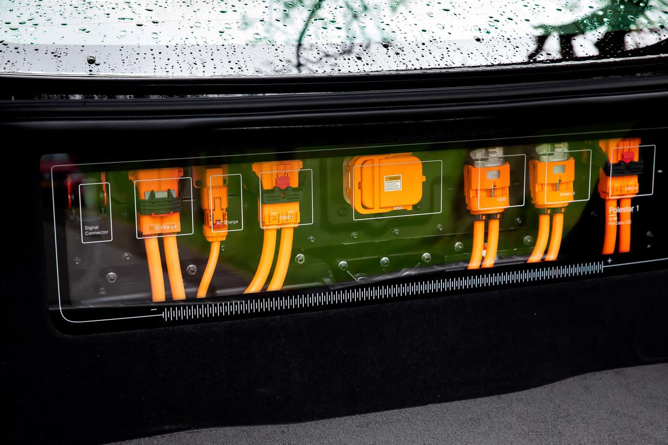 Polestar-theater: de stekkers van het hybridesysteem zijn zichtbaar in de achterbak. FOTO BART HOOGVELD