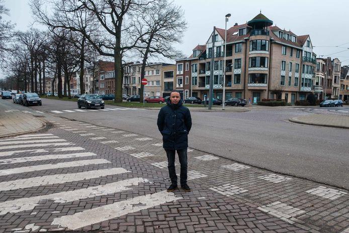 Districtsraadslid Steven Van Bockstal (Groen, Deurne) op de Boekenberglei, recht tegenover de Cruyslei.