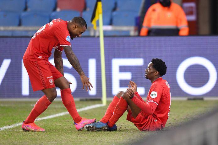 Queensy Menig (zittend) en Luciano Narsingh zijn blij na de 0-1 tegen Vitesse.