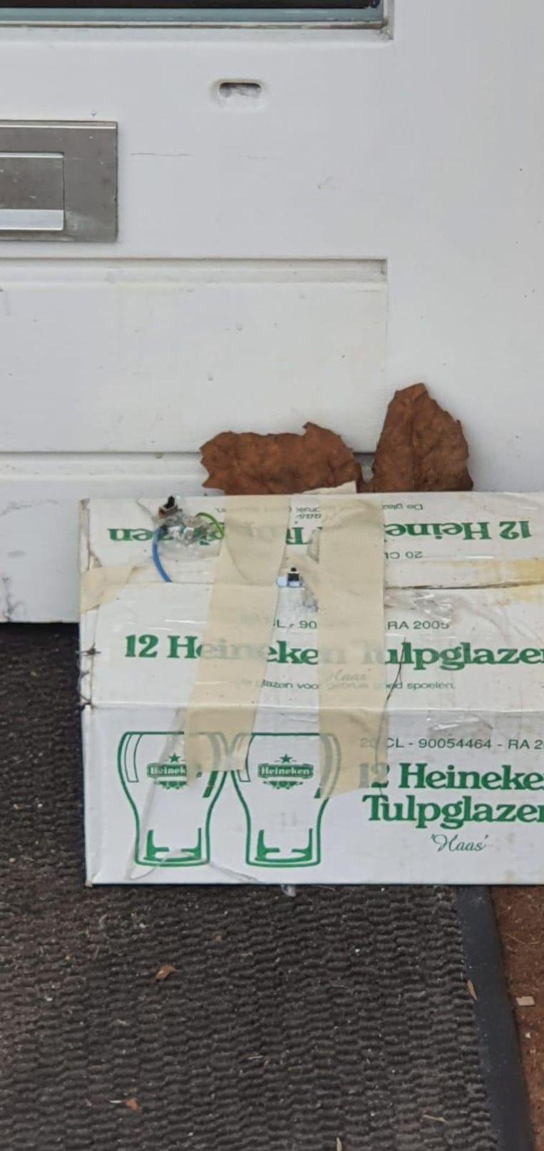 Het verdachte pakketje dat voor restaurant HaCarmel werd aangetroffen. Beeld Federatief Joods NL