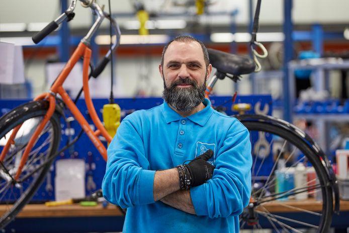 Mouayad Haidar (49) is één van de vier statushouders die een contract hebben gekregen bij Zilt-bikes in Zutphen. Nederlands leren gaat veel sneller in de praktijk dan in een leslokaal. Dankzij het aanstellen van een sleutelfiguur op de werkvloer die zo nodig kan vertalen gaat de integratie van de statushouders in het bedrijf gemakkelijker.