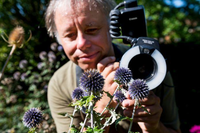 De Utrechtse bioloog Luc Hoogenstein wilde duizend verschillende diersoorten spotten in zijn stadstuintje in Lunetten. De teller staat inmiddels op 1121.