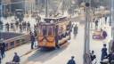 Een sfeervol trammetje met een J op het lijnbord rijdt bezoekers terug van het Jaarbeursterrein, dat zich ook op de Kanaalstraat bevond.