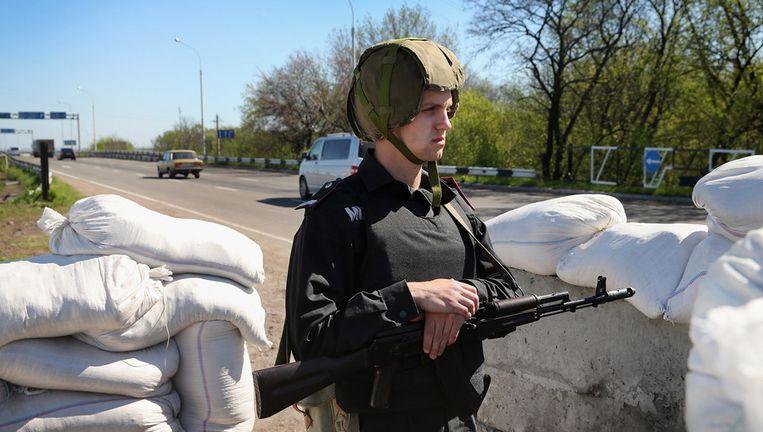 Oekraïense regeringstroepen bewaken een controlepost nabij Donetsk in Oost-Oekraïne. Beeld GETTY