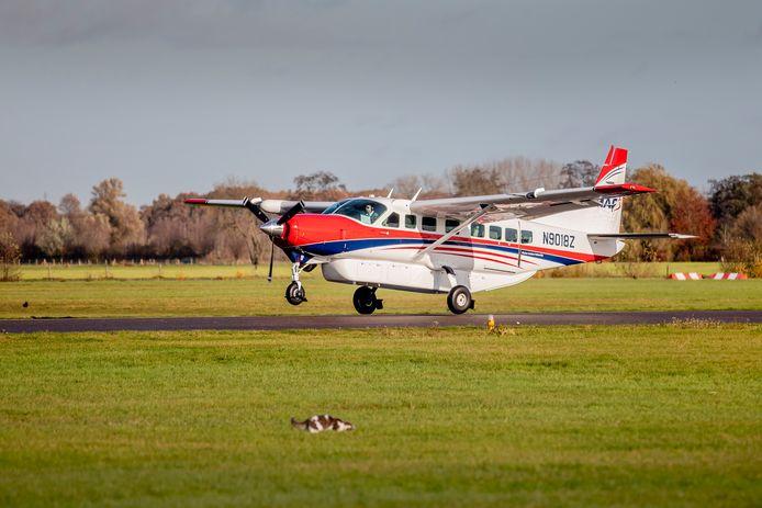 Een vliegtuig stijgt op vanaf Airport Teuge.