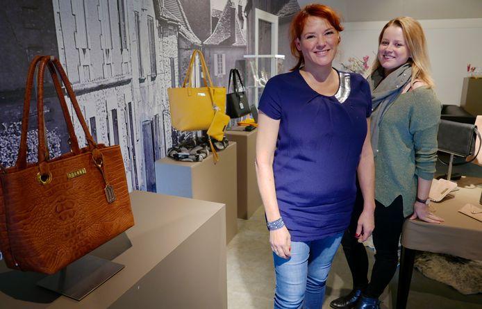 Pleun Schabos en Patricia van der Aa (rechts) in de nieuwe Haarense winkel