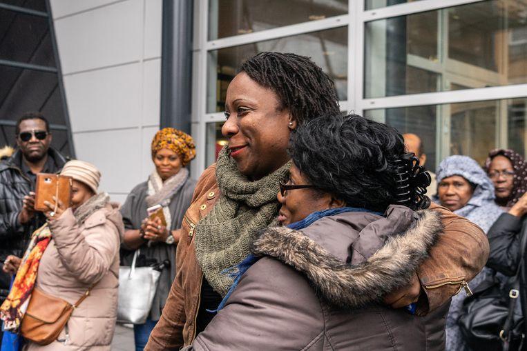 Gilly Emanuels, eigenaar van de Hilversumse ijssalon 't Perronnetje 6 februari met haar moeder na de zitting bij de rechtbank in Utrecht. Beeld Oscar Brak