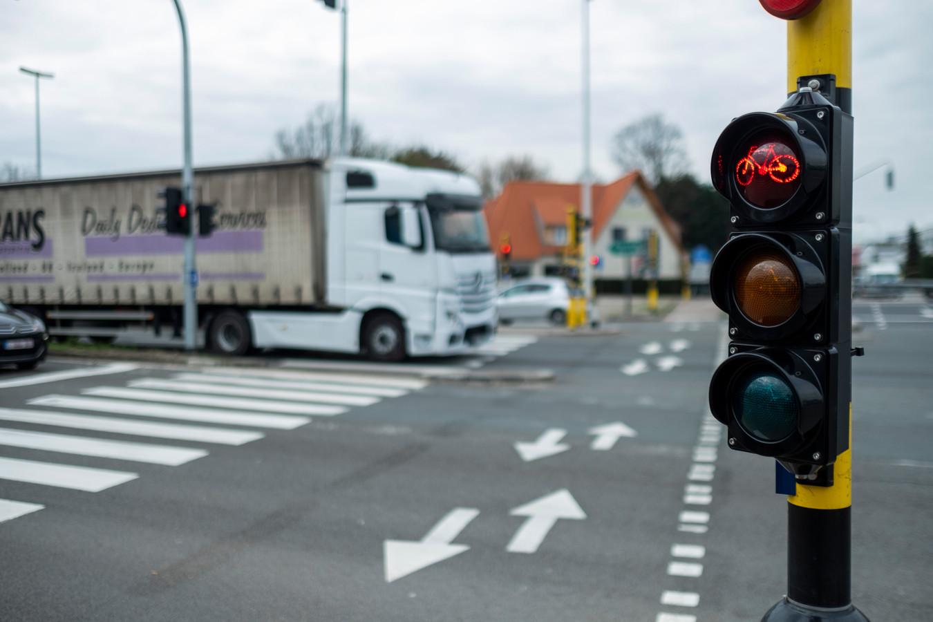 Een fietsoversteek op de A12 in Aartselaar.