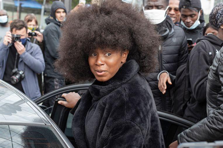 Assa Traoré verlaat de rechtbank. Ze was aangeklaagd wegens smaad door de agenten die haar broer arresteerden waarna hij in bewaring overleed. Beeld Getty Images
