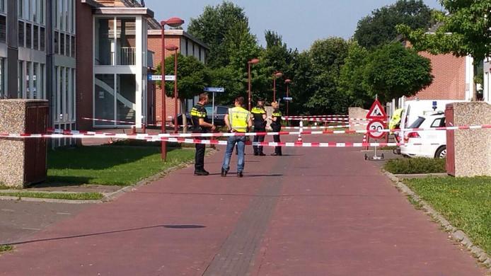 Het terrein van het azc in Winterswijk is afgezet nadat de politie er een man heeft neergeschoten.