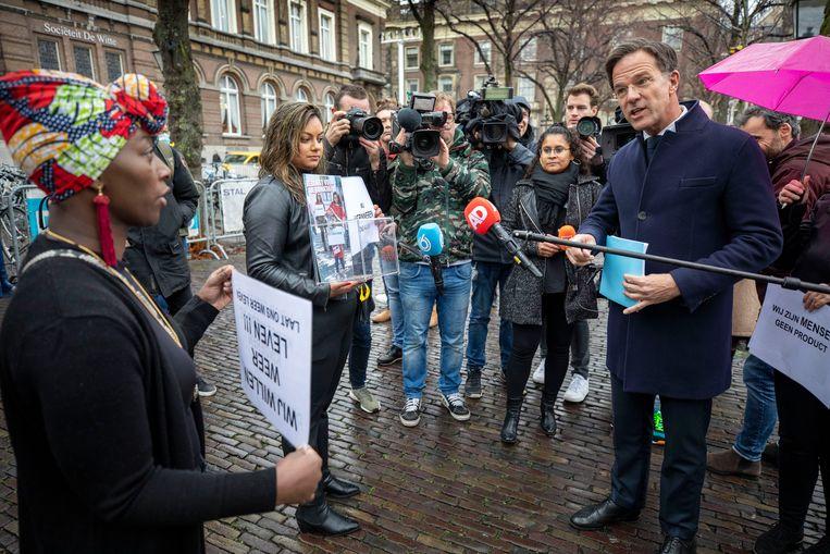 Gedupeerde ouders op het Plein voor de Tweede Kamer praten met premier Mark Rutte, voorafgaand aan zijn verhoor door de parlementaire enquêtecommissie toeslagen, november vorig jaar. Beeld Werry Crone