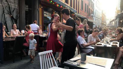 Opmerkelijk beeld: koppeltje danst tango tussen terrassen in Muntstraat