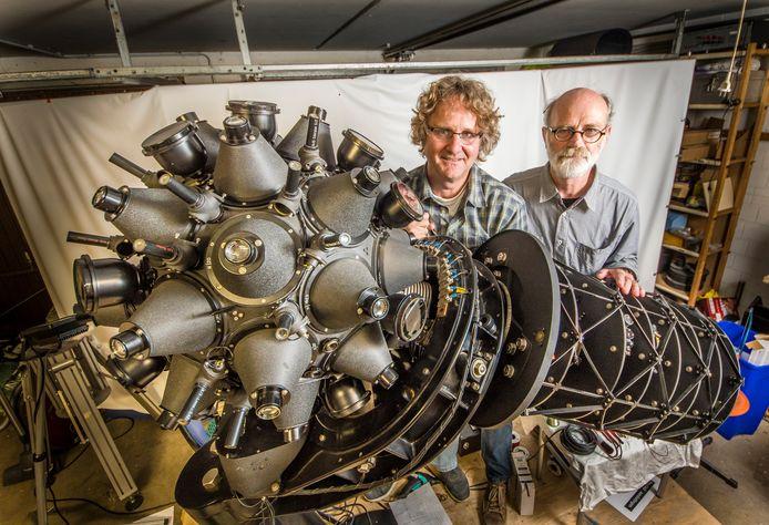 Romke Schievink (links) en Ewout Bakker bij de gerestaureerde planetarium Modell 1.