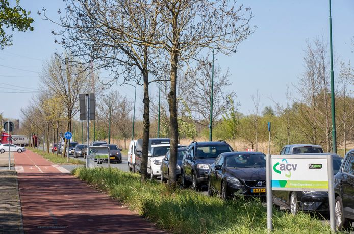 Lange files in de eerste lockdown voor het brengstation van Veenendaal in de lente van 2020. Een van de redenen om de afvalinzameling anders aan te gaan pakken dit jaar.