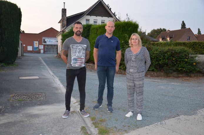 Bewoners Kris Souffriau, Kristof Watté en Leslie Van der Borght in de Hazelaarstraat, waar een nieuw bedrijvenpark is gepland.