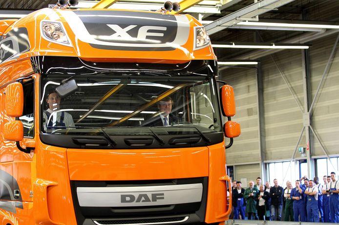 Prins Willem-Alexander achter het stuur van de nieuwe DAF XF. foto Rene Manders