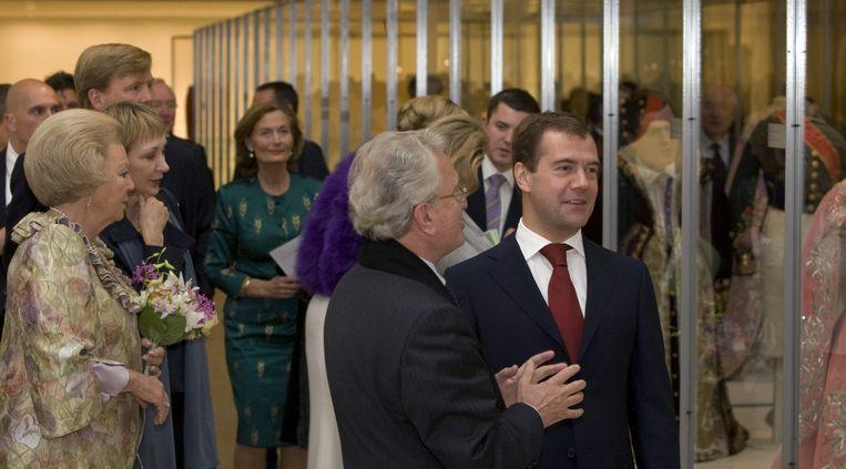 Koningin Beatrix en de Russische president Dmitri Medvedev krijgen uitleg van dhr. Petrovsky (tweede van rechts), directeur Hermitage St. Petersburg. Beeld